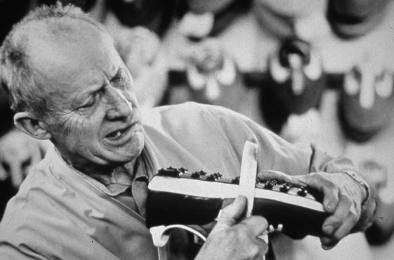 Bill Bowerman trabajando en un prototipo de zapatillas con tacos